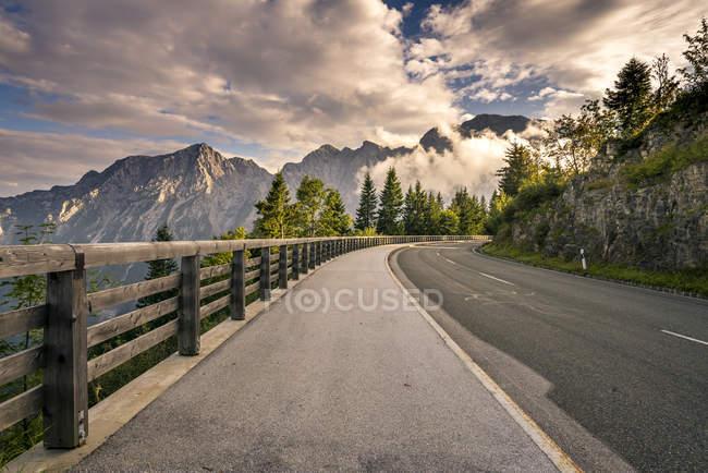 Germania, Berchtesgadener Land, Hoher Goell, strada panoramica Rossfeld vuota la sera — Foto stock