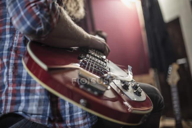 Primer plano del hombre tocando la guitarra eléctrica - foto de stock