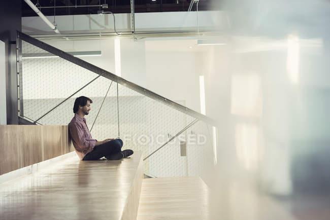 Бізнесмен, сидячи на сходах, використовуючи цифровий планшетний — стокове фото