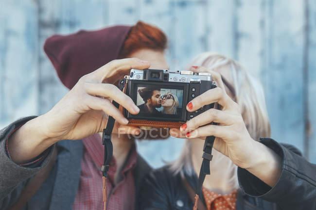 Молода пара, беручи за selfie vintage камерою — стокове фото