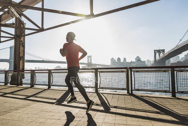 USA, New York City, homme courant à East River — Photo de stock