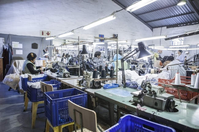 b9dfb1dc8 Швеи на столах в фабрика пошива одежды — люди, женщины - Stock Photo ...
