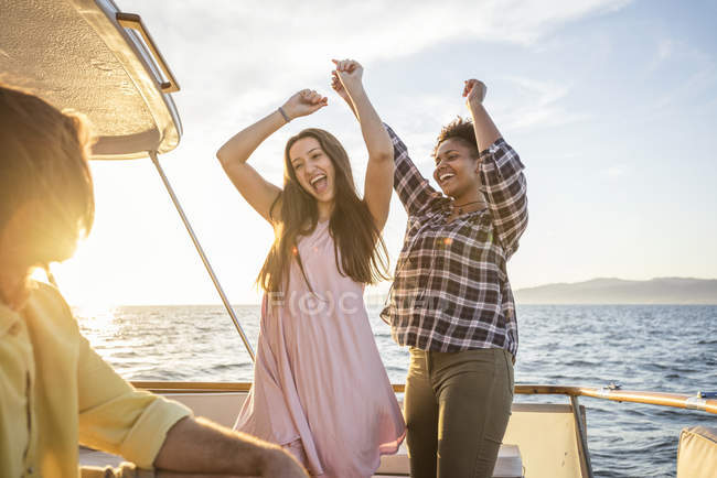 Amigos felizes, uma festa em uma viagem de barco — Fotografia de Stock