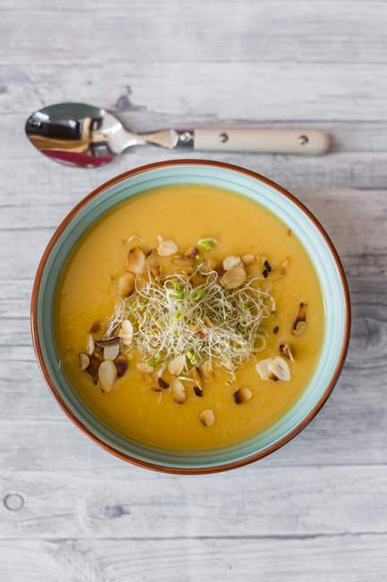Чаша из сладкого картофеля кокосовый суп с имбирем, Пастернак, лука-порея, прорастают и миндалем — стоковое фото