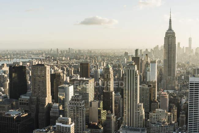 États-Unis, New York, paysage urbain avec Empire State Building vu depuis le pont d'observation du Rockefeller Center — Photo de stock