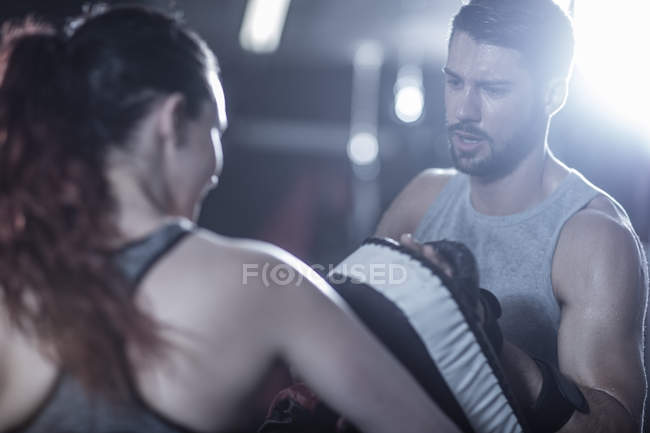 Trainer mit Boxerin im Boxring — Stockfoto