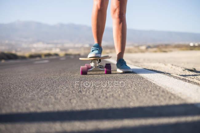 Куповані образ молодої дівчини, їзда на скейтборді — стокове фото