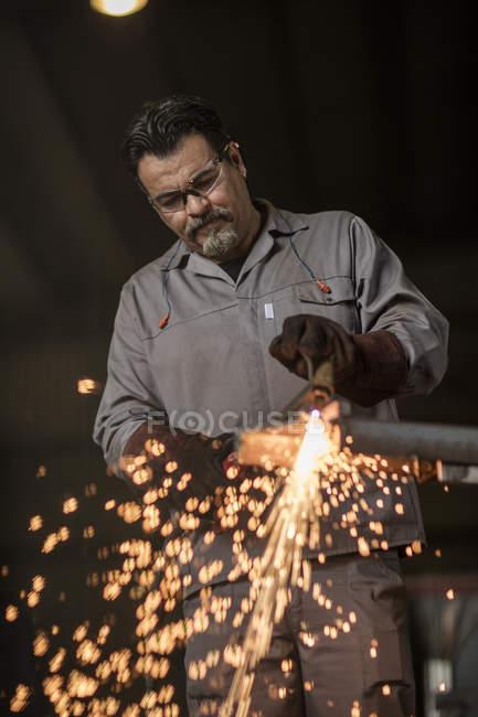 Metal worker welding in factory workshop — Stock Photo
