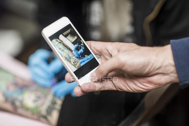 Foto de celular do tatuador no trabalho — Fotografia de Stock