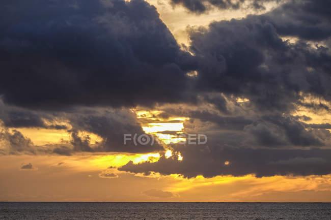 Испания, Темерифе, облачное небо на закате над водой — стоковое фото