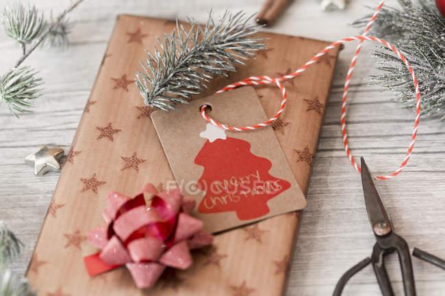 Weihnachtsdekoration, Scheren und verpackte Geschenke auf Holz — Stockfoto