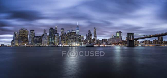Estados Unidos, Nueva York, horizonte por la noche, larga exposición - foto de stock