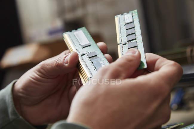 Рука держит использованную оперативную память — стоковое фото