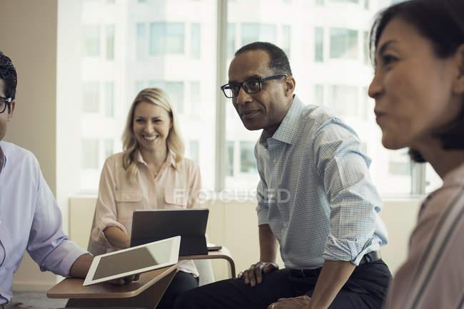 Gli uomini d'affari in riunione avendo discussione interessante — Foto stock