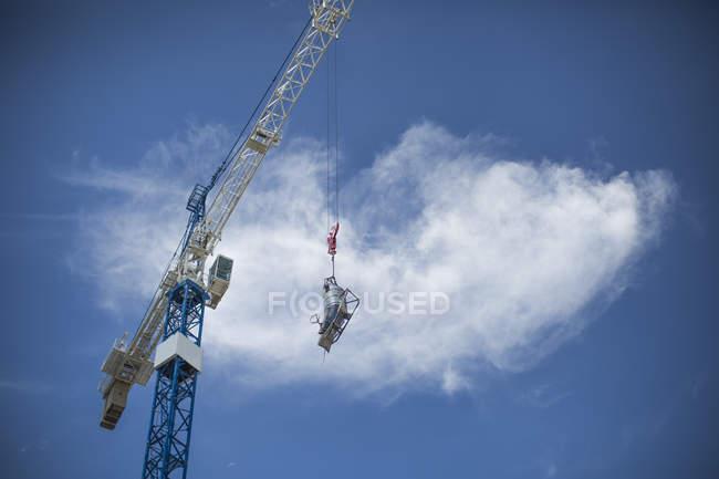 Gru di costruzione movimento lotto di calcestruzzo — Foto stock