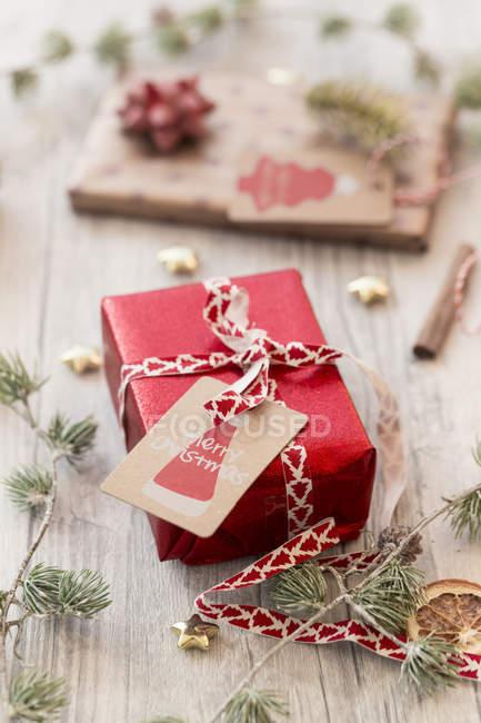 Décoration de Noël et cadeaux enveloppés sur bois — Photo de stock