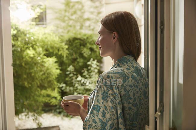 Расслабленной женщина в Халат, пить чай — стоковое фото