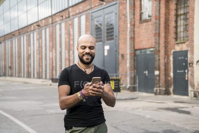 Porträt von Lächelnder Mann auf seinem Handy — Stockfoto
