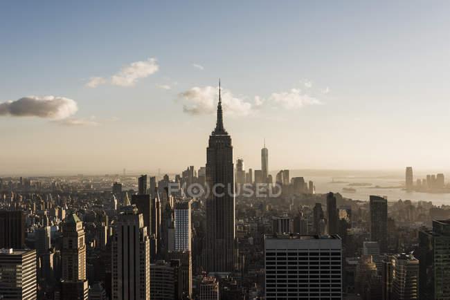 Paisagem urbana de Estados Unidos, Nova York, com o Empire State Building, como visto do deck de observação do Rockefeller Center, ao pôr do sol — Fotografia de Stock