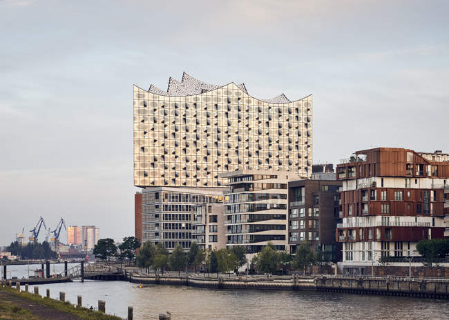 Germany, Hamburg, Hafencity, view to Elbe Philharmonic Hall with multi-family houses in the forekground — Stock Photo