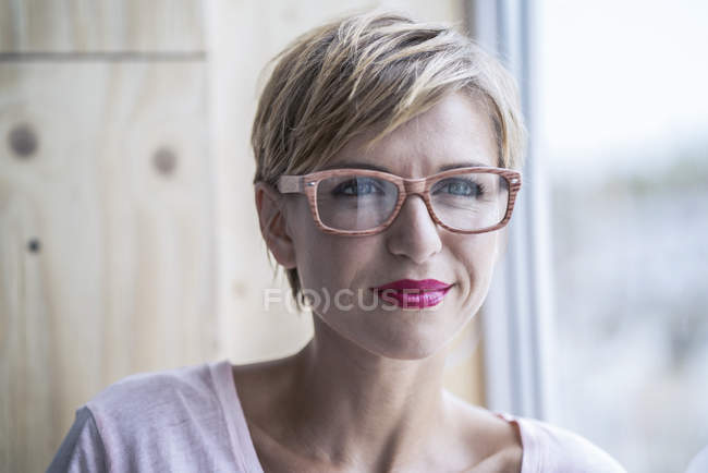 Portrait of businesswoman wearing glasses — Stock Photo