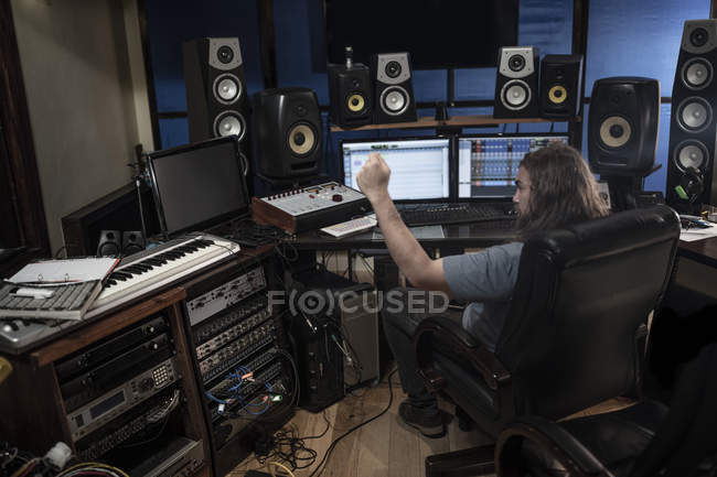 Audio engineer working in recording studio — Stock Photo