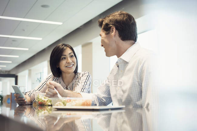 Colleagues in office having lunch together — Stock Photo