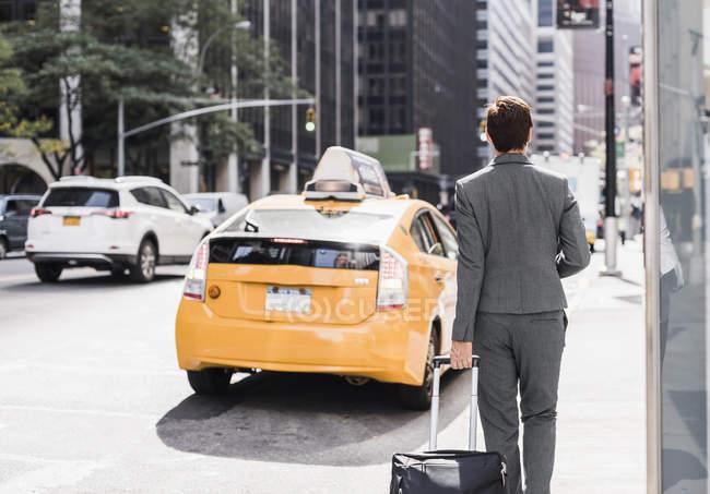 Businesswoman walking in Manhattan, USA, New York — Stock Photo