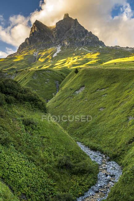 Австрия, Карлберг, Вайштайн, вид на холм зеленой травы — стоковое фото