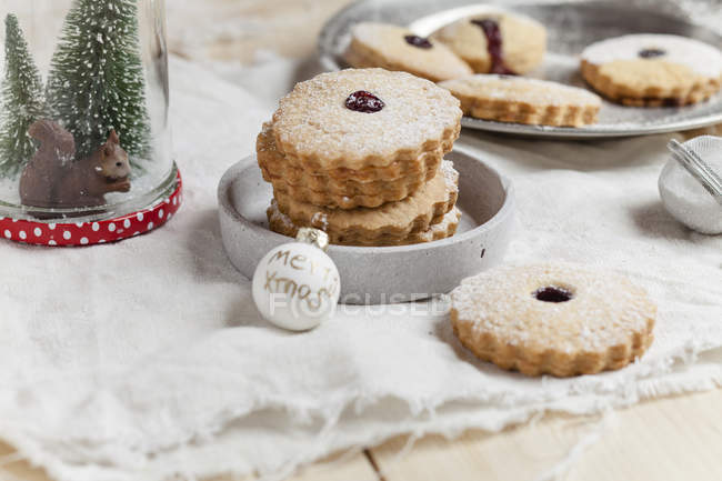 Cookies with cranberry jam filling — Stock Photo