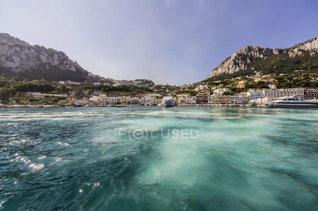 Італії, Капрі вид на місто, на берег над водою — стокове фото