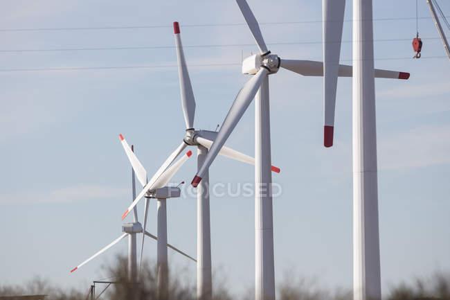 Строка ветровых турбин в ряд — стоковое фото