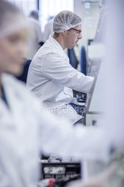 Scientifiques travaillant en laboratoire portant des vêtements de protection — Photo de stock