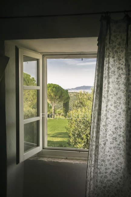Itália, Toscana, Maremma, vista da janela para a paisagem rural — Fotografia de Stock