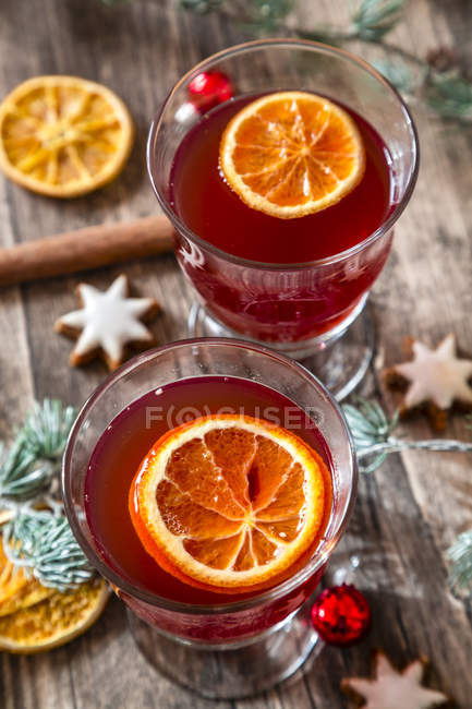 Two glasses of mulled wine with orange slices at Christmas time — Stock Photo