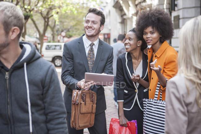 Люди ищут в правильном направлении в городе — стоковое фото