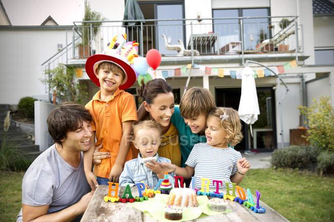 Família feliz ter festa de aniversário no jardim — Fotografia de Stock