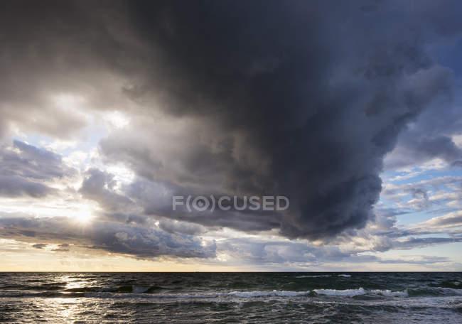 Allemagne, Mecklembourg-Poméranie occidentale, nuages de pluie au-dessus de la mer Baltique — Photo de stock