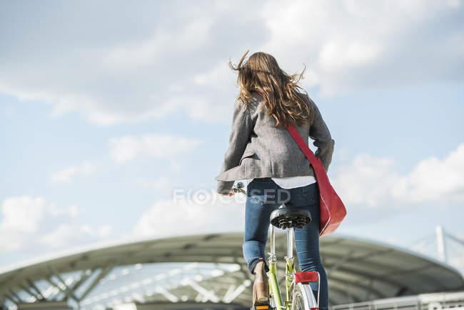 Junge Frau-Fahrradfahren — Stockfoto