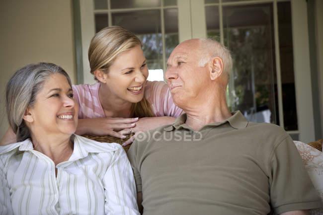 Портрет смеющейся женщины с родителями — стоковое фото