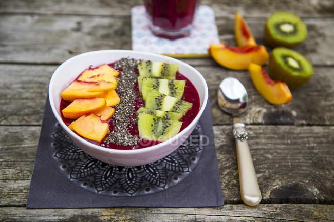 Smoothie com frutas e sementes de chia na tigela — Fotografia de Stock