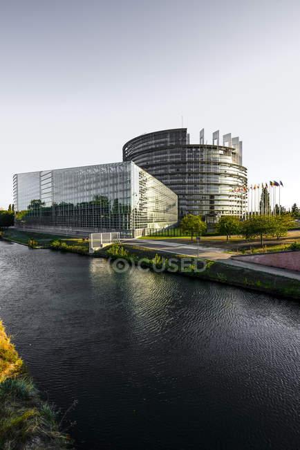 Frankreich, Straßburg, Blick zum Europäischen Parlament und den Fluss tagsüber — Stockfoto