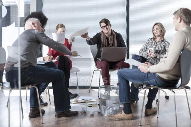 Collègues de bureau ayant une réunion informelle — Photo de stock