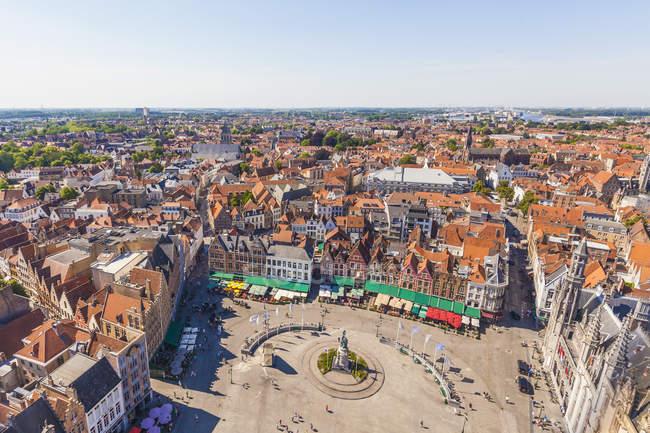 Belgien, Flandern, Brügge, Blick auf die Stadt und Grote Markt tagsüber — Stockfoto
