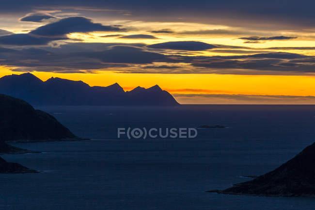 Фьорд Норвегии, в губернии Трумс, на закате в осень — стоковое фото