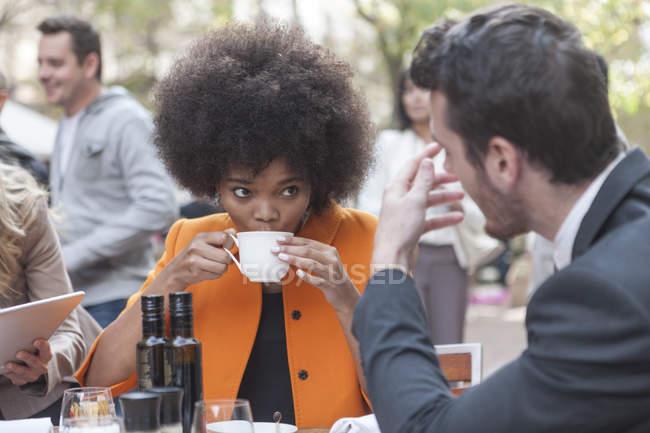 Двома колегами, говорити і пити каву в придорожньому кафе — стокове фото