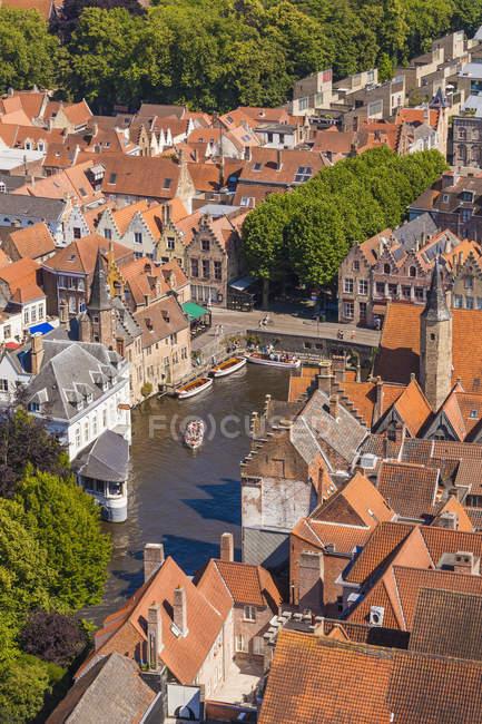 Bélgica, Flandres, Bruges, cidade velha e canal durante o dia — Fotografia de Stock