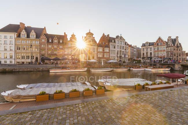 Бельгия, Гент, Старый город, Коренлей, исторические дома в реки Лейе — стоковое фото