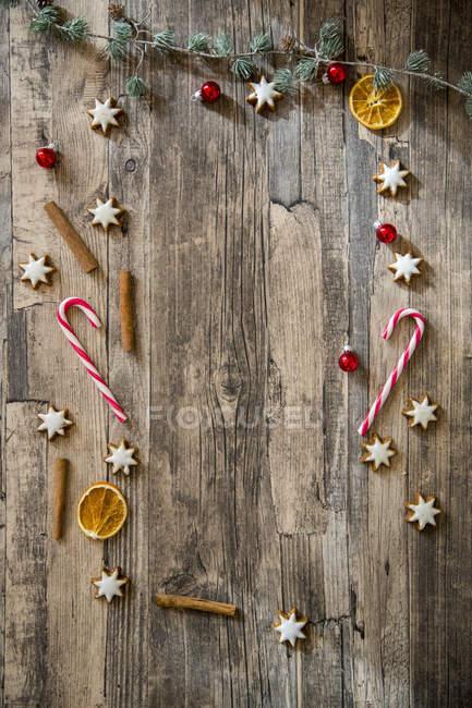 Weihnachts-Dekoration auf Holzfläche gelegt — Stockfoto