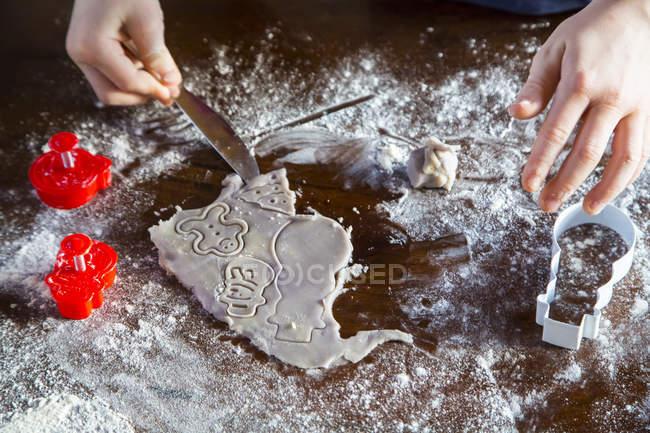 Chico cortando galletas de Navidad - foto de stock